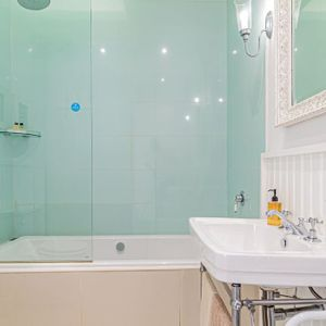 Bath and shower; SELBOURNE - Sea Point