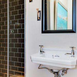 En-suite to second bedroom: BONDI BLU - Mouille Point