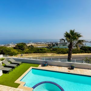 Views & pool; 17 on CLIFTON SEA- Camps Bay