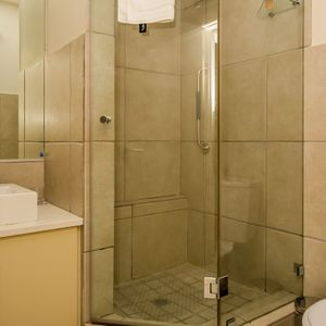 Shared bathroom; MAJESTIC MARINA -Mouille Point